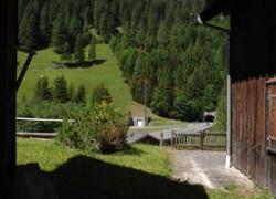 Steg-nahe-an-Huetten-Strahlen